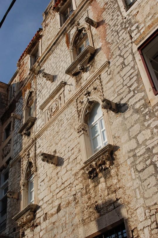 Una fachada gótica en el centro de Sibenik.