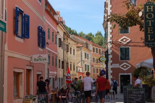 La calle principal de Skradin, un agradable pueblo a orillas del lago.