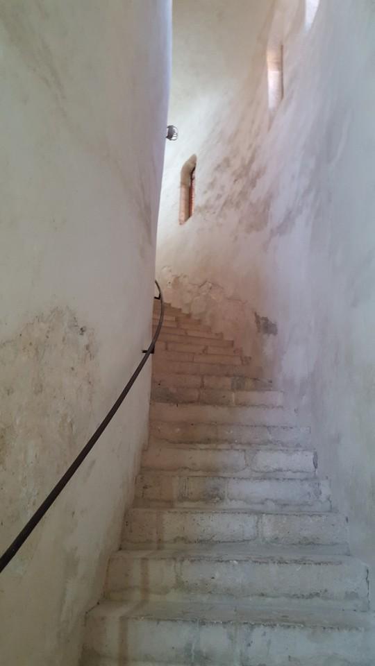 Escalera que comunica con la galería superior.