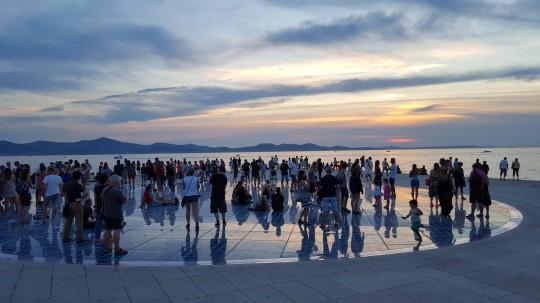 Turistas en la Ofrenda al Sol.
