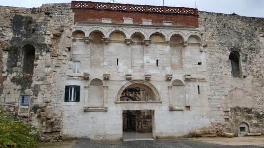 La Puerta Este del Palacio
