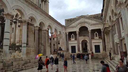 El Peristilo del palacio de Diocleciano, centro de Split, bajo la lluvia.