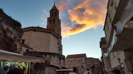 A la izquierda, la tumba de Diocleciano, hoy Catedral.