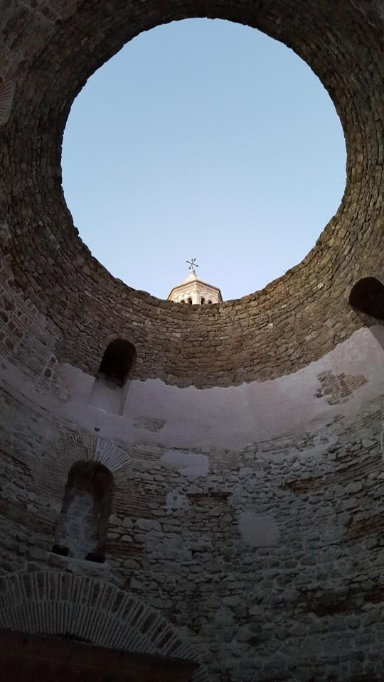 La Rotonda, con el remate de la Catedral asomando por su agujero.
