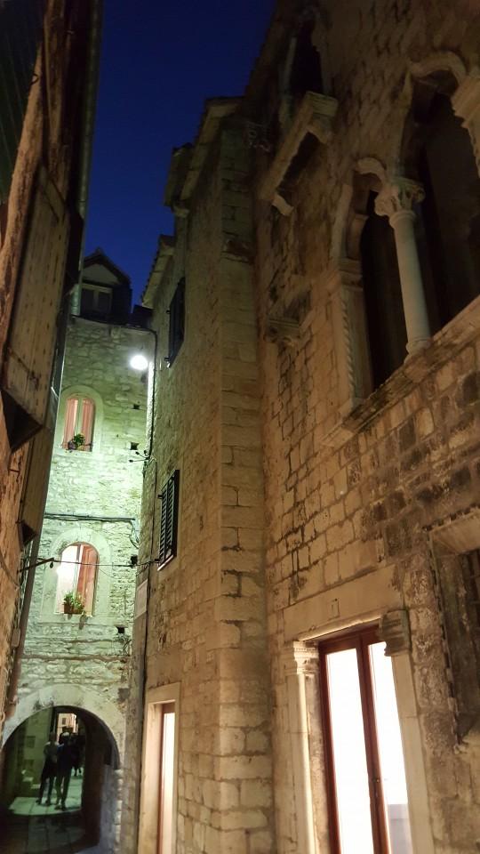 Restos romanos, palacios góticos y piedras antiguas en el interior del Palacio, ahora casco antiguo.