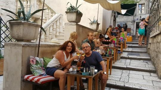 Una de las esupendas terrazas para beber y comer en el interior del Palacio de Diocleciano.