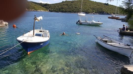 Baños en la escondida bahía de Sesula.