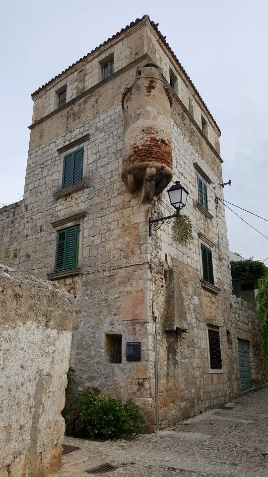 Torres palaciales, defensivas y religiosas.