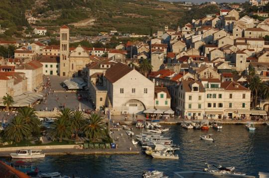 Vista general de Hvar y su puerto.