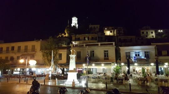 Ambiente nocturno en el puerto de Poros.