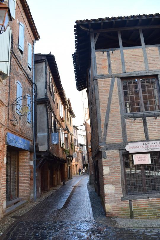Calles enladrilladas de rojo en el centro histórico de Albi.