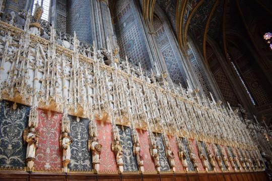 Vista general y detalle del espléndido coro labrado en piedra y policromado.