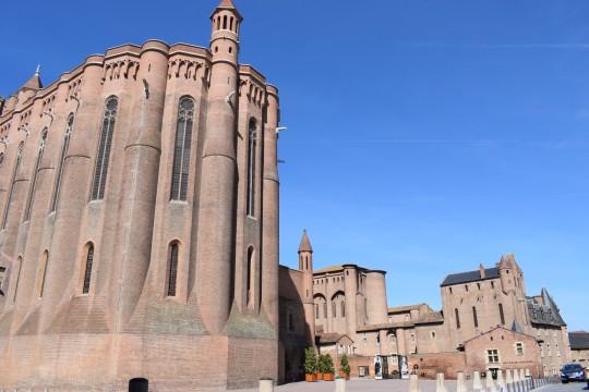 El sobrio exterior de la catedral, y el palacio que es ahora Museo Toulouse Lautrec.