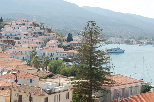 Vista general de Poros y su puerto. Al fondo, el Peloponeso.