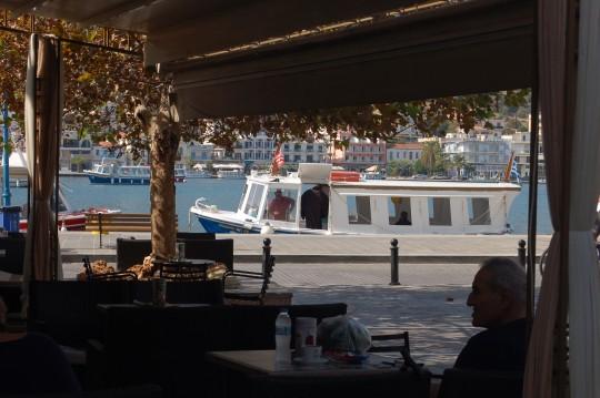 Una de las barcas que atraviesan el canal de Poros.