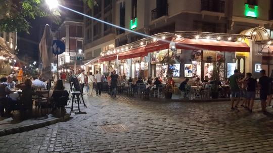 El barrio de Ladádika, lleno de terrazas y restaurantes.