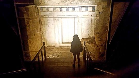 Solitaria ante la tumba de Filipo II de Macedonia.