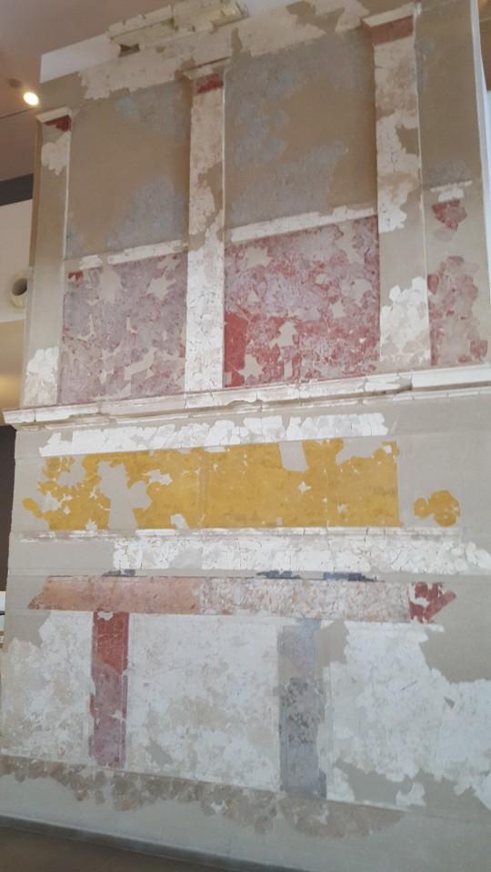 Una pared del palacio real en el nuevo museo de Pella.