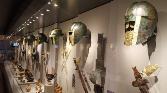 Cascos y armas macedonios dentro de ajuares funerarios hallados en Pella.