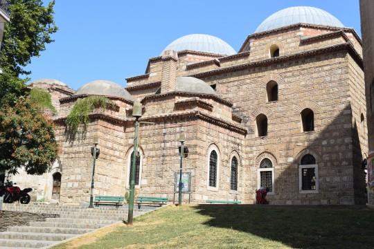 Murallas, casas otomanas antiguas mezquitas e iglesias bizantinas en Anópolis, el barrio alto de Salónica