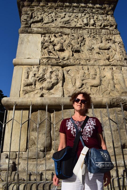 Penélope ante los relieves del Arco de Galerio.