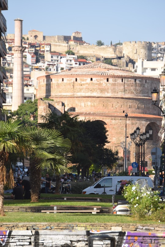 Vista de la Rotonda con las murallas de Anópoli al fondo.