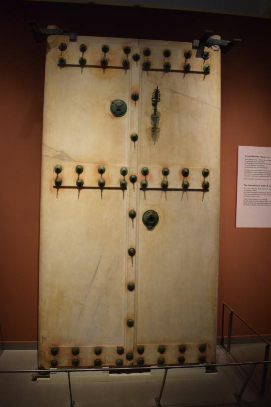 Puerta de una tumba macedonia en el Museo Arqueológico de Salónica