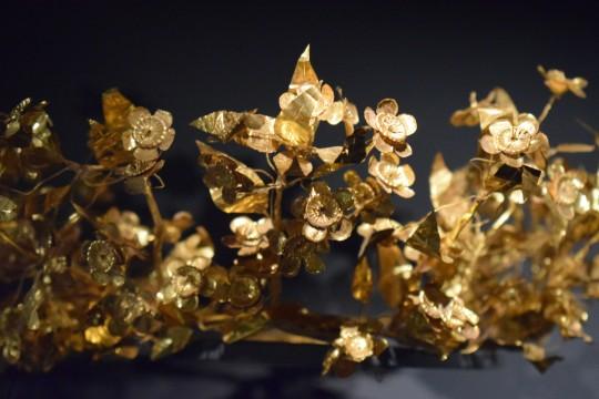 Exquisitas coronas florales y jarrón de oro en el Museo Arqueológico.