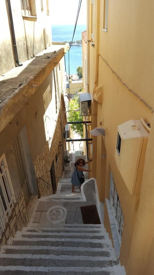 Las calles escalonadas de Pythagorion necesitan de un buen almuerzo para afrontarlas.
