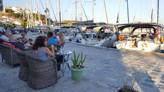 Un café frente a los barcos, el momento más relajante.
