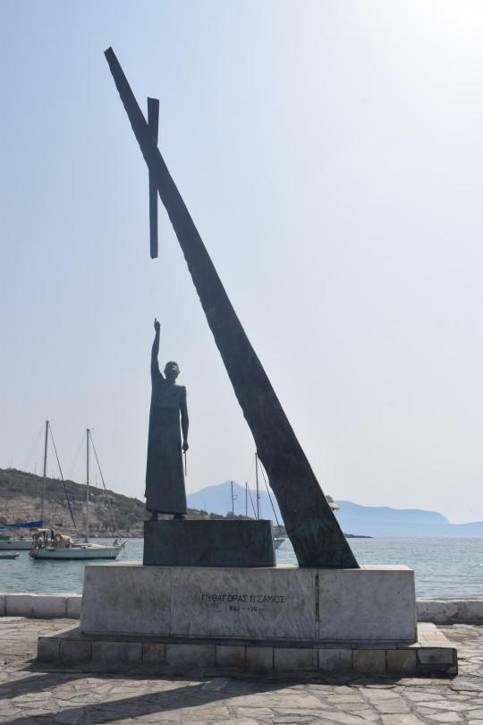 El monumento a Pitágoras, el hijo más conocido de Samos, en el puerto.