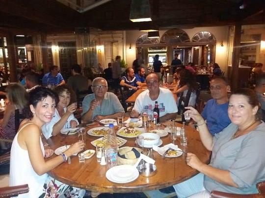 El comienzo de la cena, con Sofía, Kyriakos, Mijalis y María.