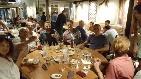 Al final de la fiesta se añadieron el dueño del rakádiko, Dimitris, su hijo Kostas y su mujer.