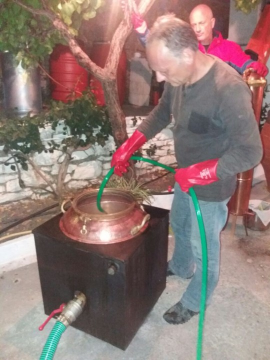 Preparación del raki (kazánema), hace unos días en casa de Mijalis.