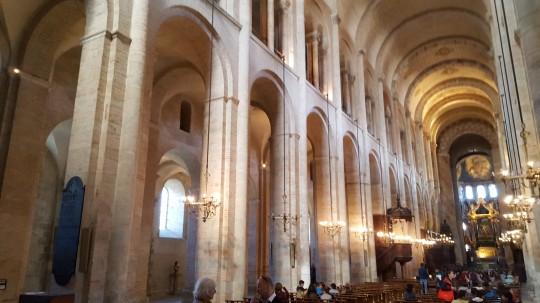 El exterior y el impresionante interior de la Basílica de Saint Sernin.