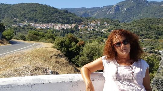 Penélope, ante una vista de Vourliotes sobre el valle.