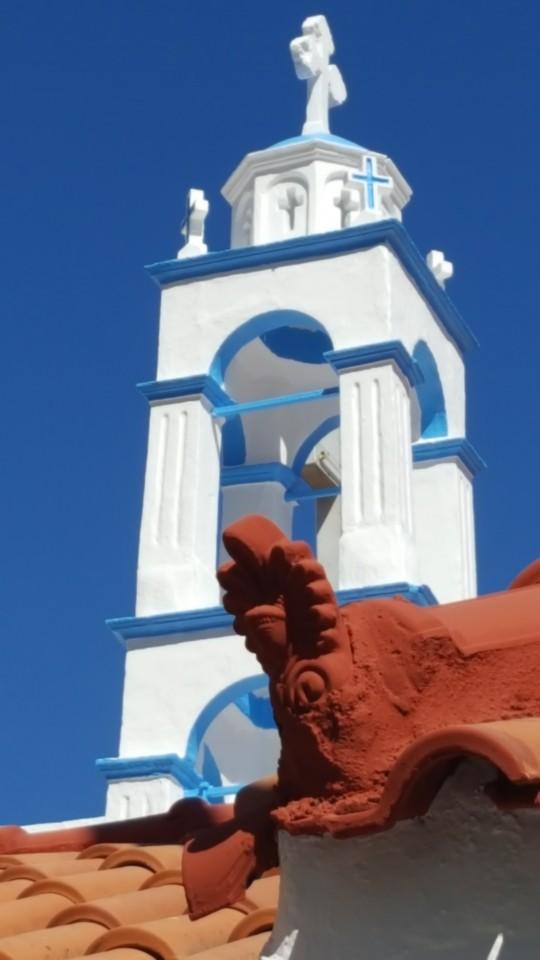 El campanario de una iglesia de Vourliotes.