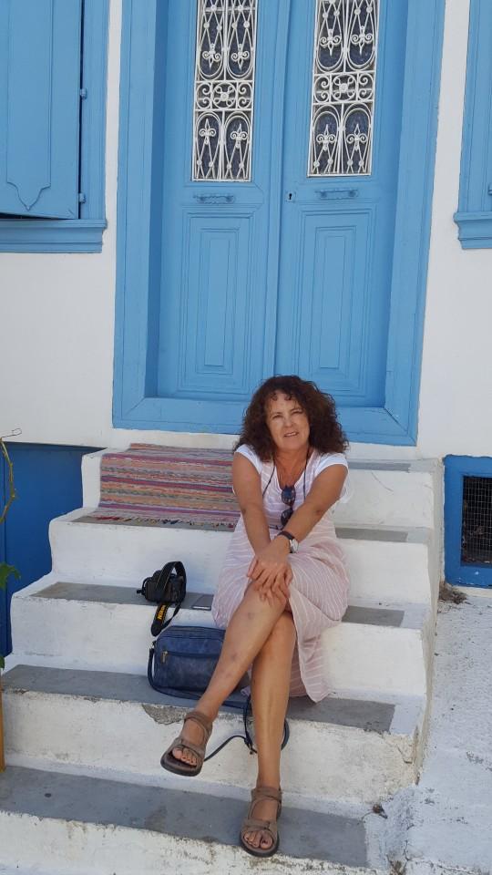 Penélope, ante una casa de Vourliotes.
