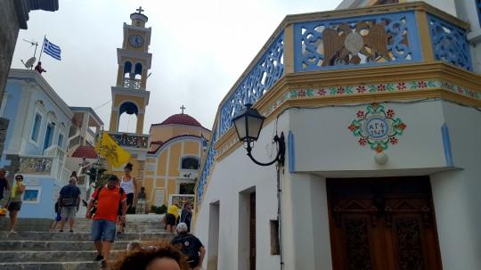 La plaza de Olimpos, colorida y singular.