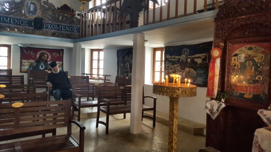 Un sacerdote, dormitando en la iglesia de Olimpos.