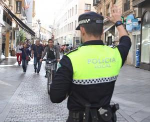 Policía controlando a las bicis en la calle Tetuán.