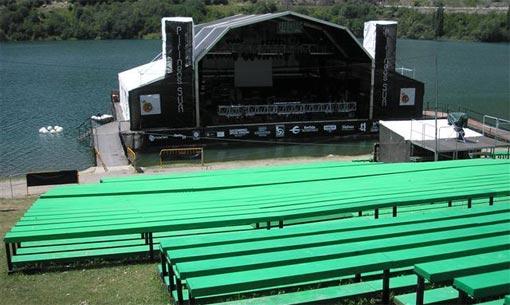 El ya célebre escenario flotante del festival Pirineos Sur.
