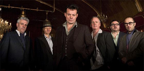 The James Hunter Six, con James Hunter en el centro de la imagen. / Ruth Ward