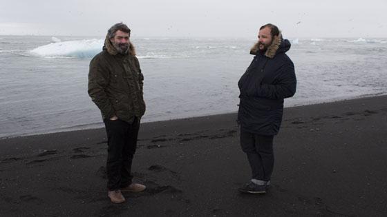 José A. Pérez y Esteban Ruiz, fotografiados en una playa de Islandia durante una de sus giras. / Elo Vázquez