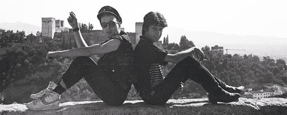 Joe Strummer y Jesús Arias, fotografiados frente a la Alhambra.